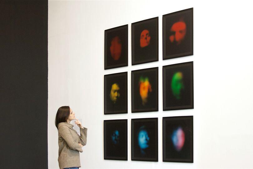 Exposición Luminous Numinous de Roman Perona